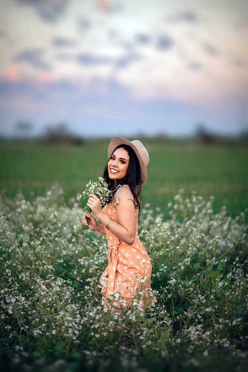 graduation-portraits-outdoors-in-a-field-in-south-san-antonio-texas