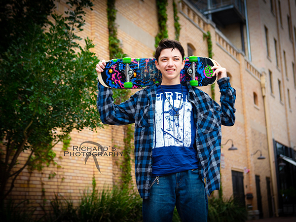 pearl brwery senior pictures blue shirt with skateboard