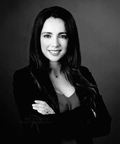 black-and-white-business-headshot-woman-arms-folded-san-antonio