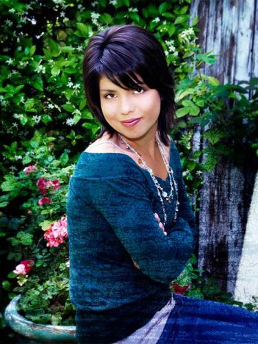 outside-senior-picture-girl-geen-dark-hair-san-antonio