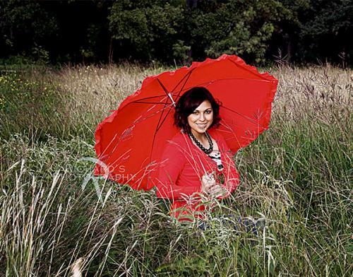 san-antonio-senior-portraits-girl-with-red-umbrella-in-field